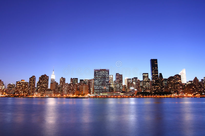 Orizzonte alla notte, New York City di Manhattan fotografie stock