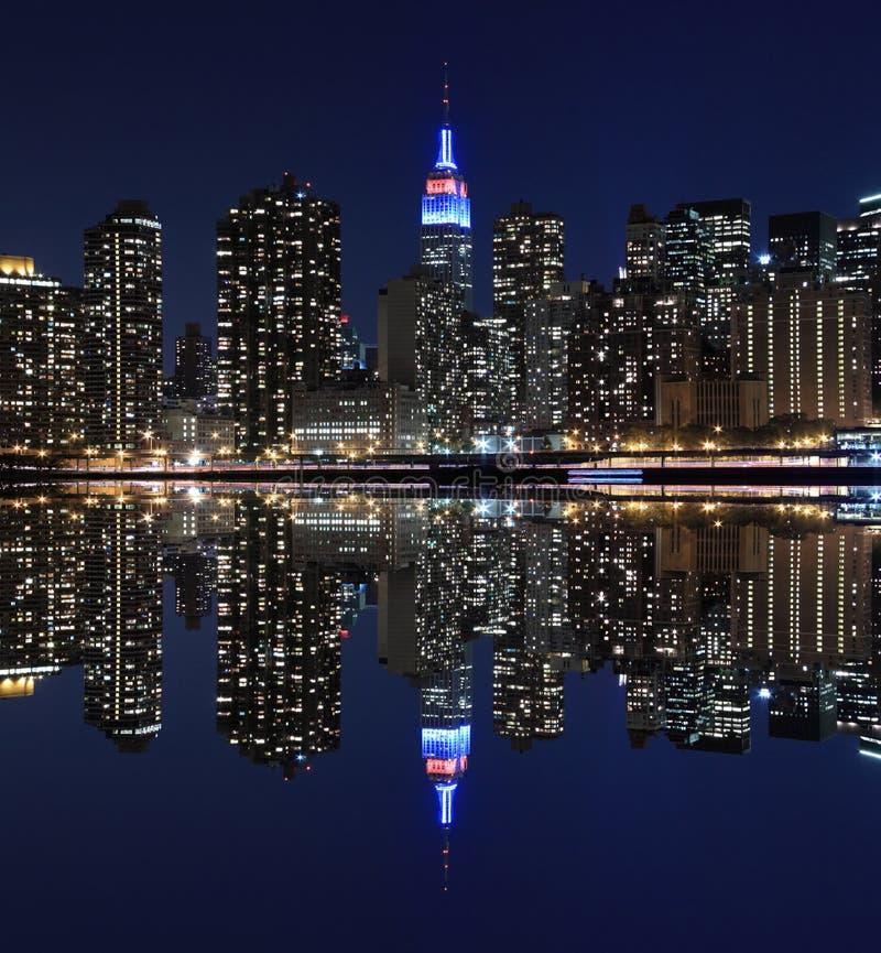 Orizzonte alle luci notturne, New York di Manhattan immagini stock