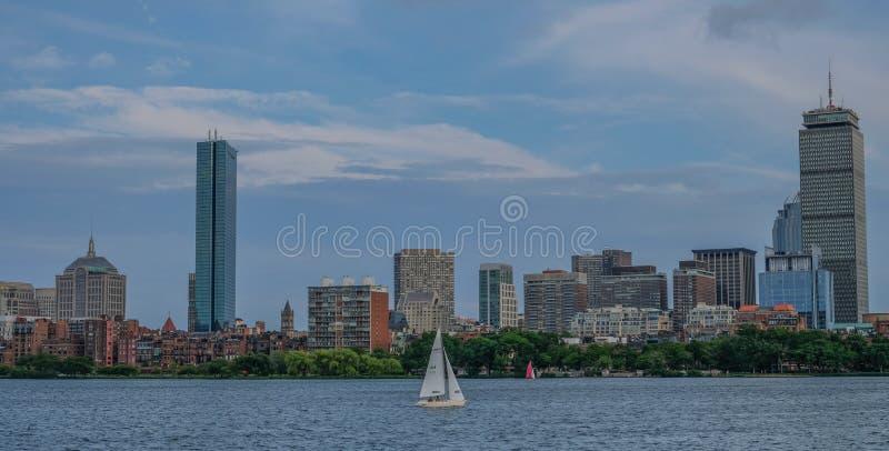 Orizzonte Boston dal lato del fiume fotografia stock libera da diritti