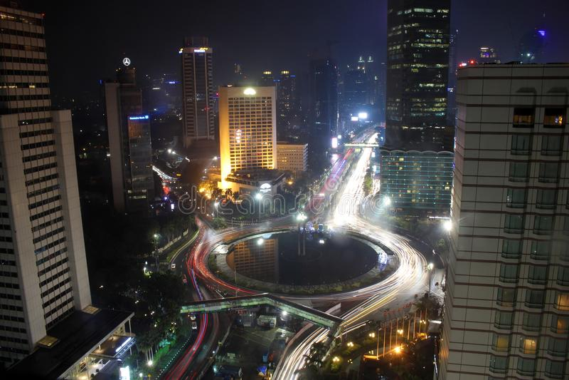 Orizzonte Bundaran HI Jakarta di notte fotografia stock libera da diritti