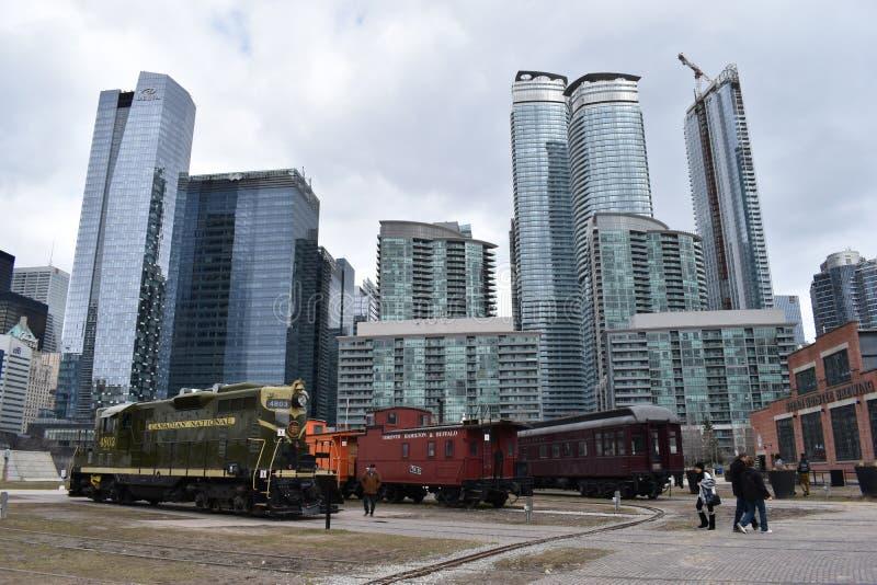 Orizzonte con i grandi grattacieli ed i treni variopinti antichi a Toronto, Canada immagine stock libera da diritti