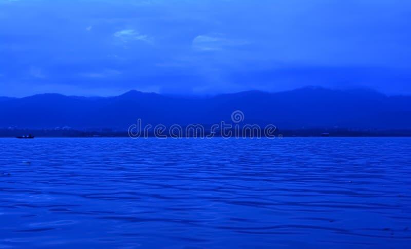 Orizzonte con il mare e le montagne immagini stock libere da diritti