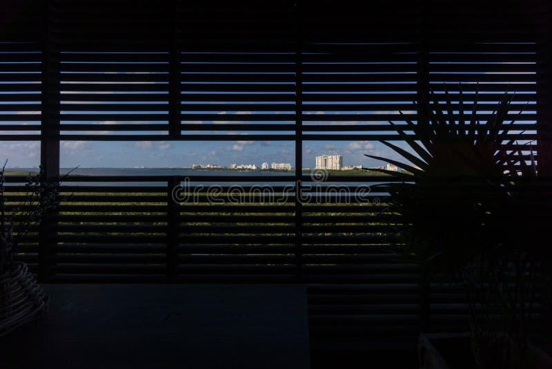 Orizzonte del Cancún Zona Hotelera che guarda attraverso le stecche dell'otturatore fotografia stock