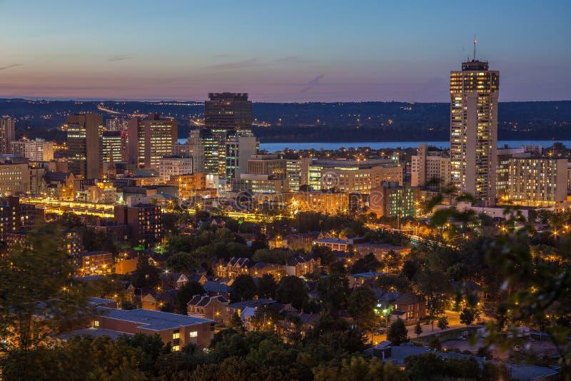 Orizzonte del centro alla notte a Hamilton, Ontario immagine stock libera da diritti