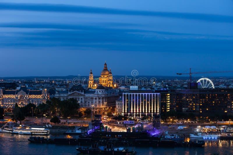 Orizzonte del centro della città di Budapest al crepuscolo fotografie stock libere da diritti