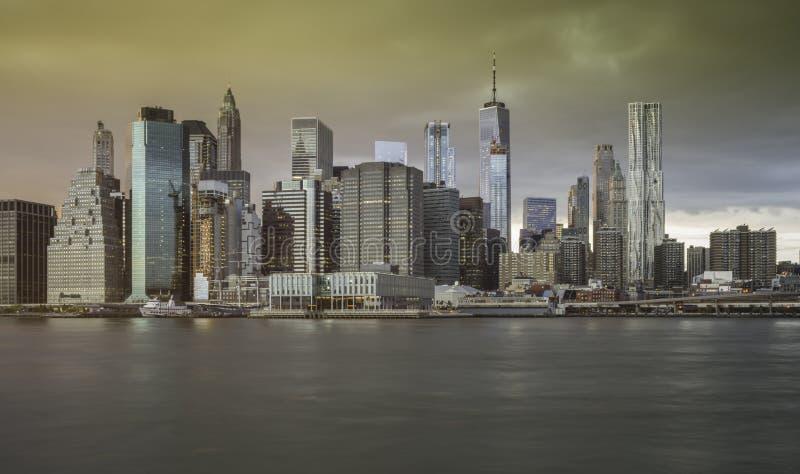 Orizzonte del centro di Manhattan dal parco del ponte di Brooklyn immagine stock libera da diritti