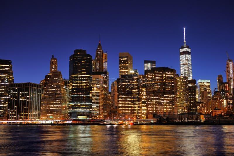 Orizzonte del centro di New York Manhattan alla notte fotografie stock
