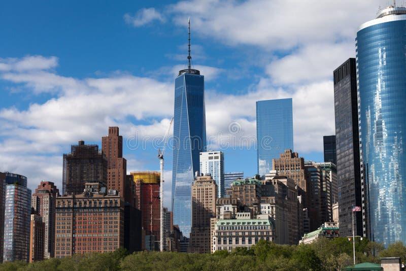 Orizzonte del centro di New York Manhattan durante il giorno di molla soleggiato immagini stock libere da diritti