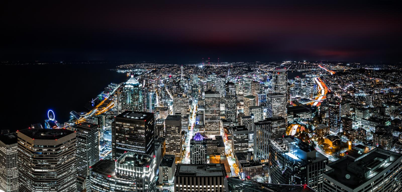 Orizzonte del centro di Seattle di notte fotografia stock