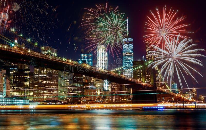 Orizzonte del centro panoramico di New York City Manhattan di vista dei fuochi d'artificio variopinti di festa alla notte immagini stock libere da diritti