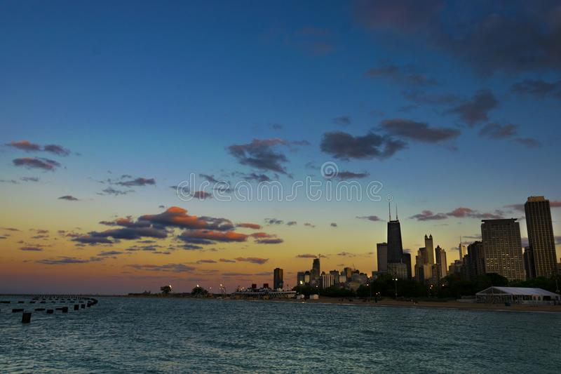 Orizzonte del Chicago al tramonto fotografia stock libera da diritti
