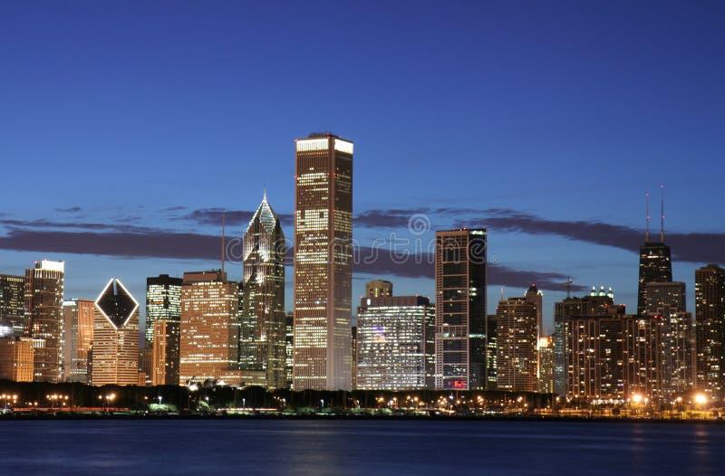 Orizzonte del Chicago alla notte fotografia stock