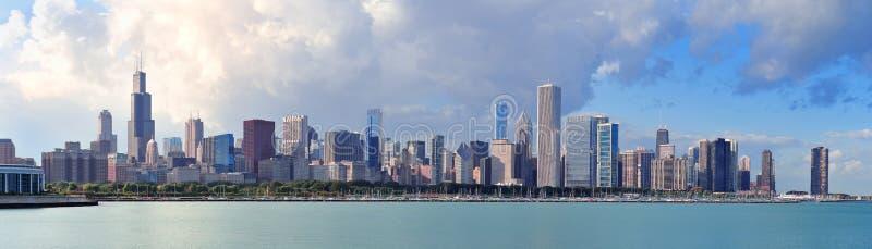 Orizzonte del Chicago sopra il lago Michigan fotografia stock libera da diritti