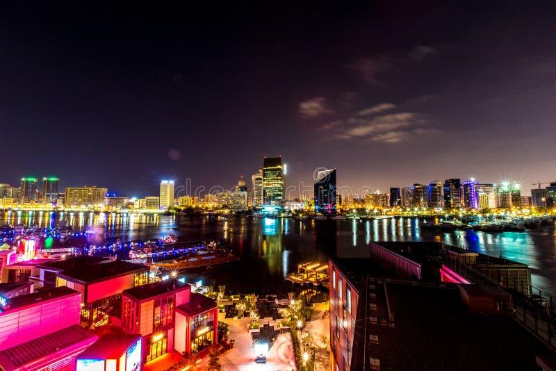 Orizzonte del Dubai alla notte fotografie stock
