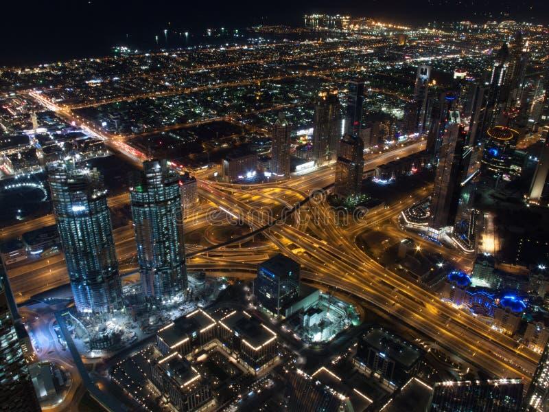 Orizzonte del Dubai visto da Burj Khalifa alla notte Il Dubai, Emirati Arabi Uniti immagine stock