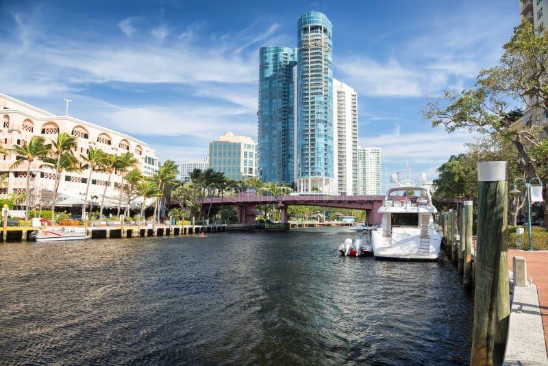 Orizzonte del Fort Lauderdale lungo il nuovo fiume fotografia stock libera da diritti