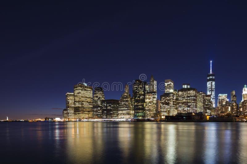 Orizzonte del Lower Manhattan a penombra fotografia stock libera da diritti