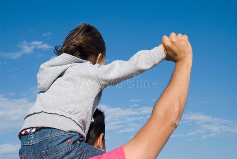 orizzonte del padre che osserva figlio immagine stock