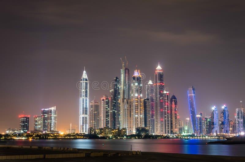 Orizzonte del porticciolo del Dubai di notte fotografia stock libera da diritti