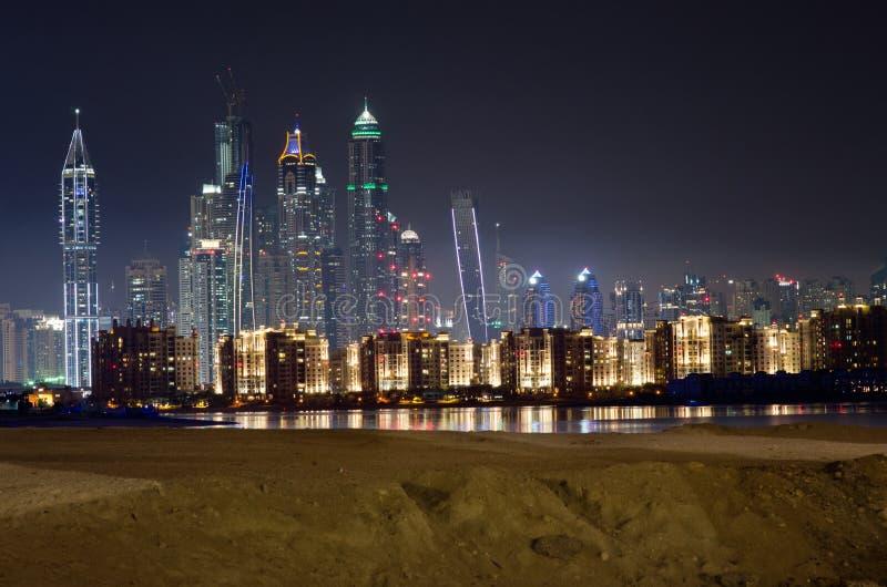 Orizzonte del porticciolo del Dubai di notte immagini stock libere da diritti