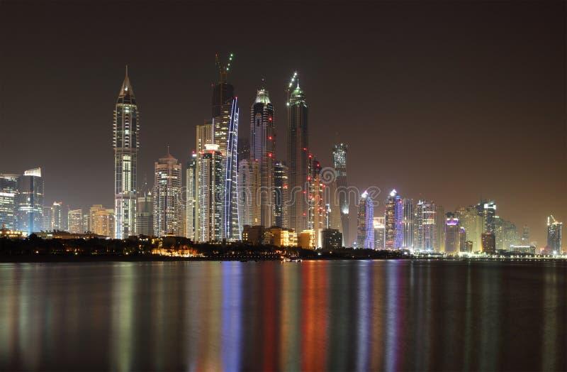 Orizzonte del porticciolo della Doubai alla notte fotografia stock