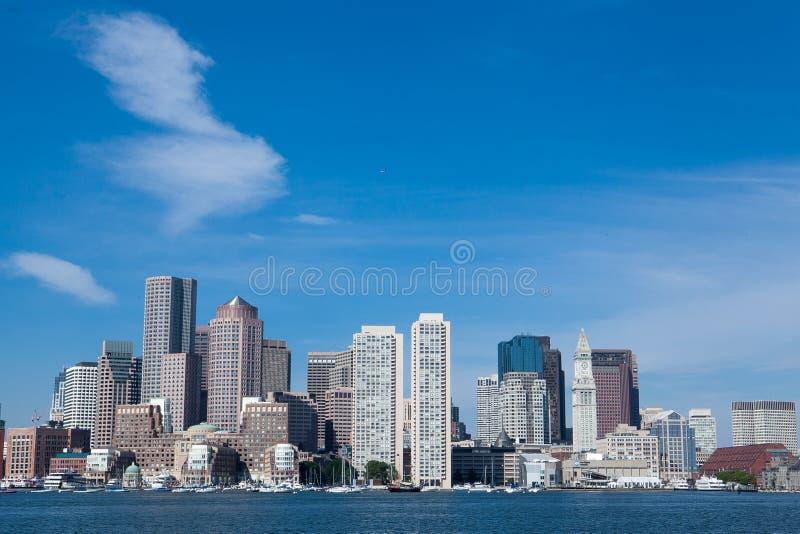 Orizzonte della baia di Boston con grande cielo blu fotografia stock