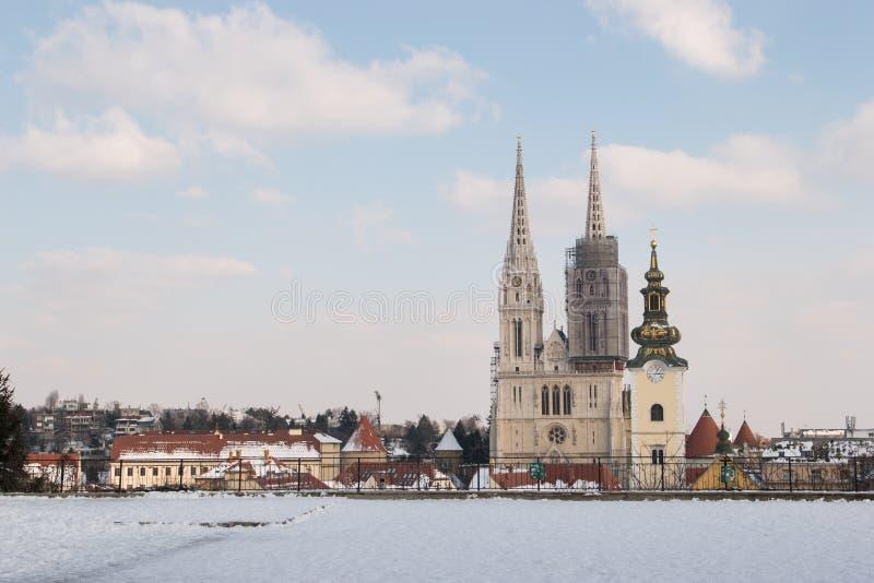 Orizzonte della cattedrale e della città di Zagabria durante l'inverno e la neve come visto da Gradec, Zagabria, Croazia fotografia stock libera da diritti
