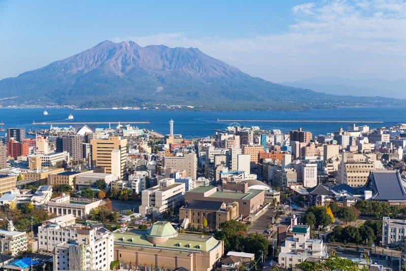 Orizzonte della città del Giappone con il vulcano di Sakurajima immagini stock