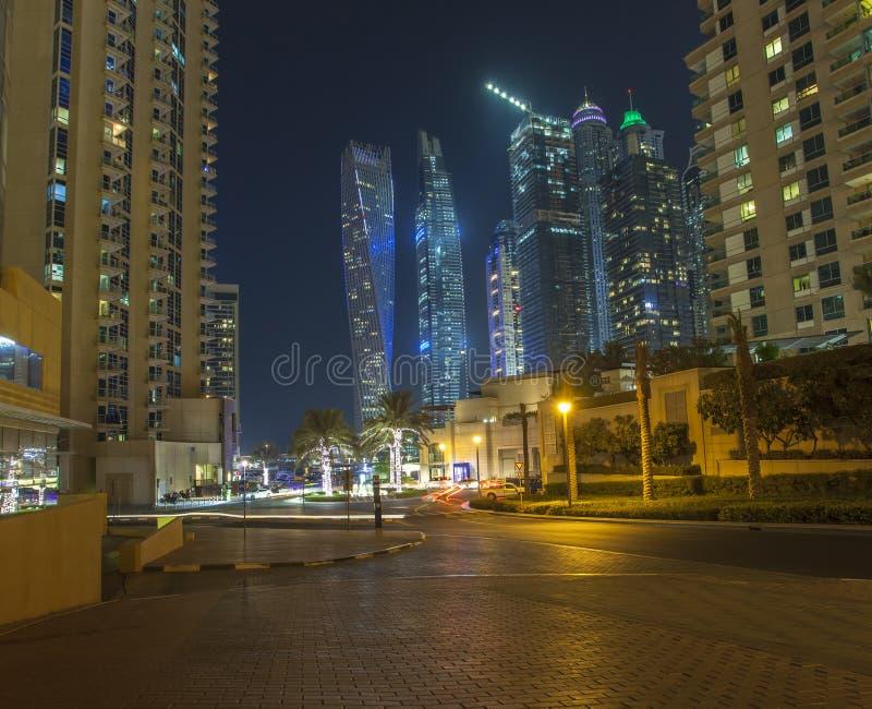 Orizzonte della città del porticciolo del Dubai alla notte immagini stock libere da diritti