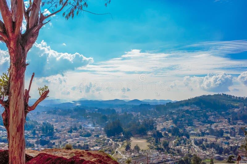 Orizzonte della città di Coimbatore dal punto di vista di Ooty con bella formazione del cielo, Ooty, India, il 19 agosto 2016 immagini stock libere da diritti