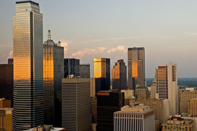 Orizzonte della città di Dallas in sera immagini stock libere da diritti