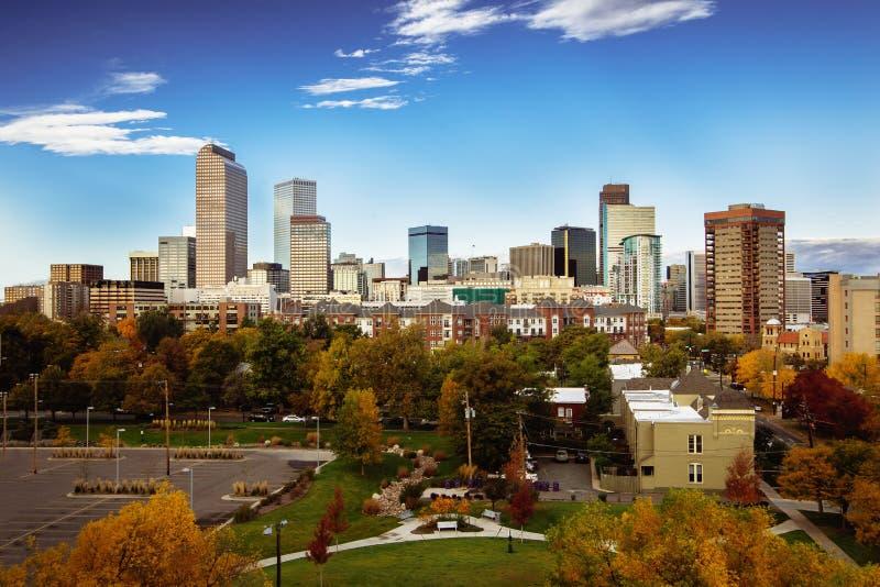 Orizzonte della città di Denver durante il primo mattino nella stagione di autunno; fotografia stock libera da diritti