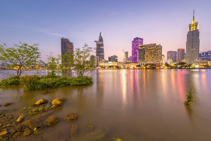 Orizzonte della città di Ho Chi Minh - di Saigon alla notte fotografia stock