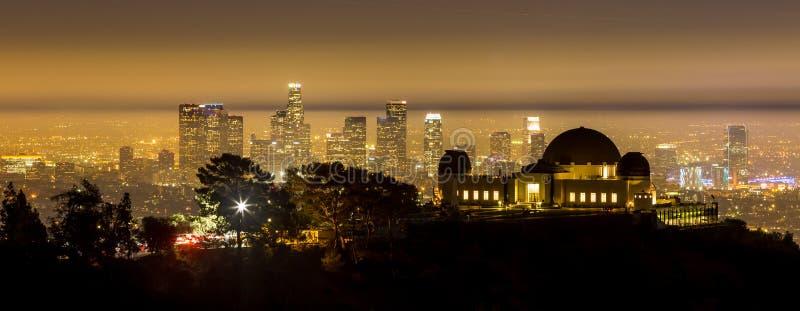 Orizzonte della città di Los Angeles e di Griffith Observatory a twiligh fotografia stock libera da diritti