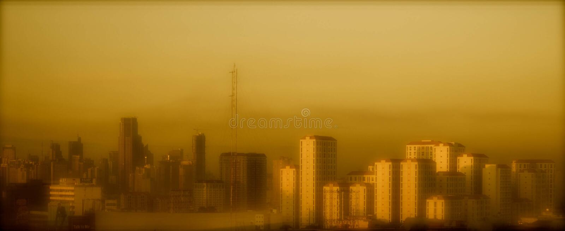 Orizzonte della città di Mandaluyong nella sera immagini stock