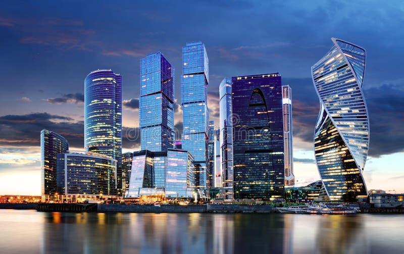 Orizzonte della città di Mosca Centro internazionale di affari alla notte con il fiume di Moskva immagine stock
