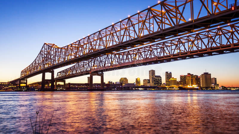 Orizzonte della città di New Orleans & di Crescent City Connection Bridge a Ni fotografia stock