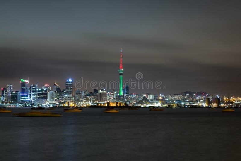 Orizzonte della città di notte sopra il mare tempestoso immagine stock libera da diritti