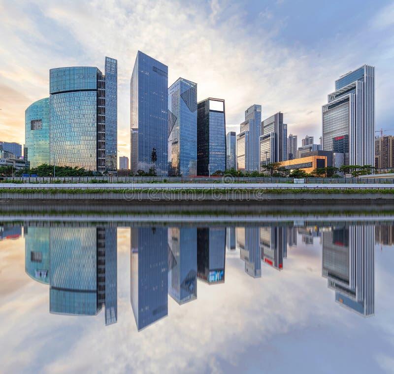 Orizzonte della città di Shenzhen, Cina al tramonto fotografia stock