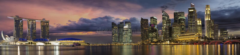 Orizzonte della città di Singapore a panorama di tramonto immagine stock libera da diritti