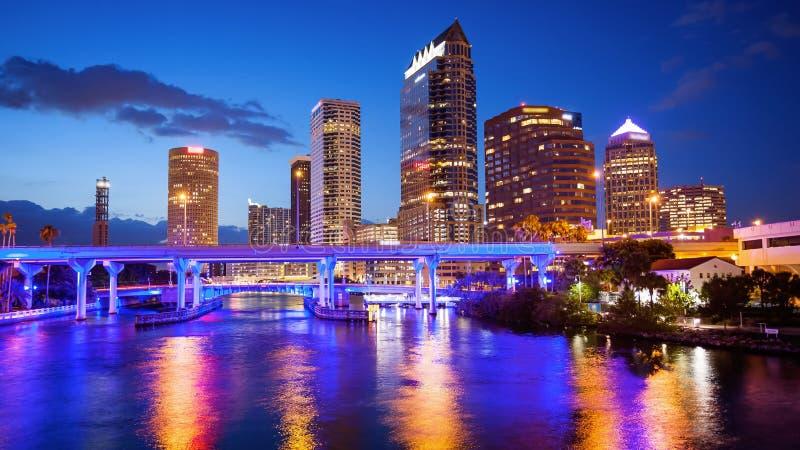 Orizzonte della città di Tampa del centro, Florida alla notte - logos di paesaggio urbano immagine stock