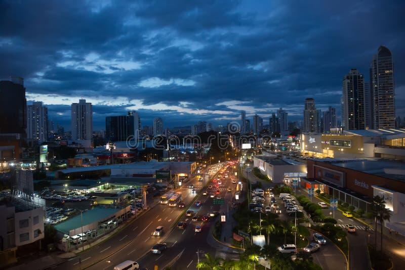 Orizzonte della città di vista panoramica illuminato alla notte fotografie stock
