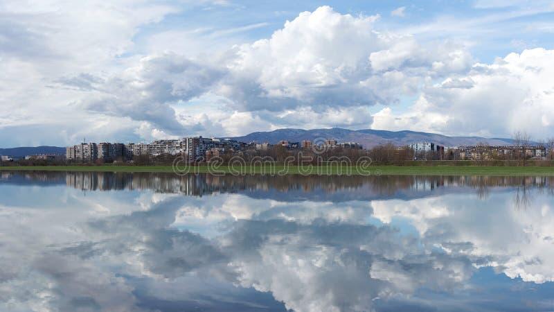 Orizzonte della città di Zagabria attraverso il fiume Sava e con la montagna Medvednica nel fondo fotografie stock