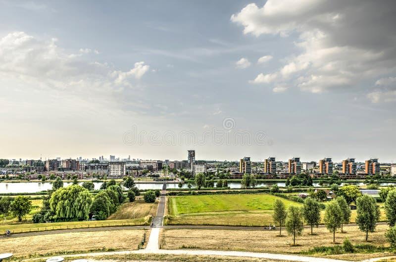 Orizzonte della città e del sobborgo fotografia stock