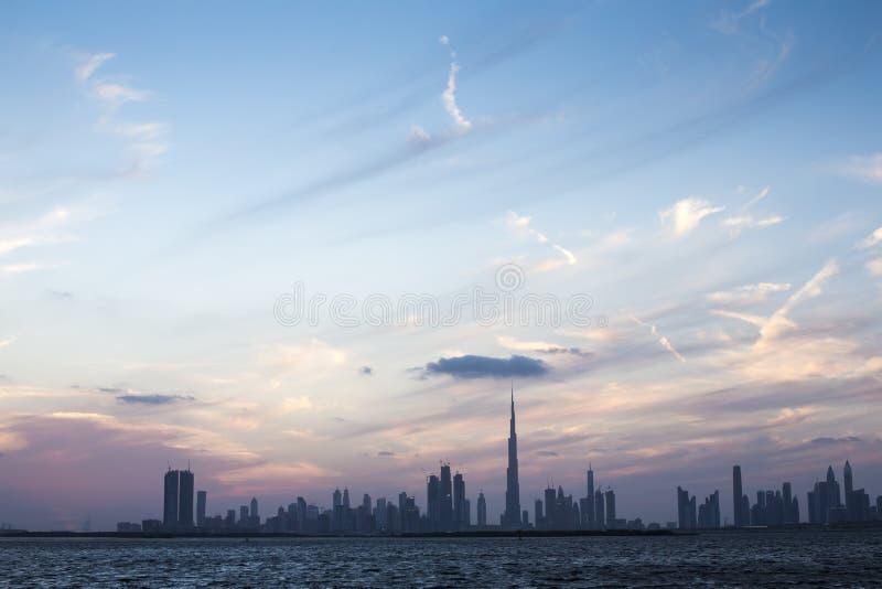 Orizzonte della Doubai al tramonto immagini stock libere da diritti