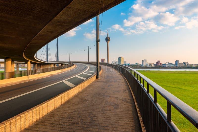 Orizzonte della Germania dello sseldorf del ¼ di DÃ come visto da una rampa del ponte attraverso il Reno immagine stock libera da diritti