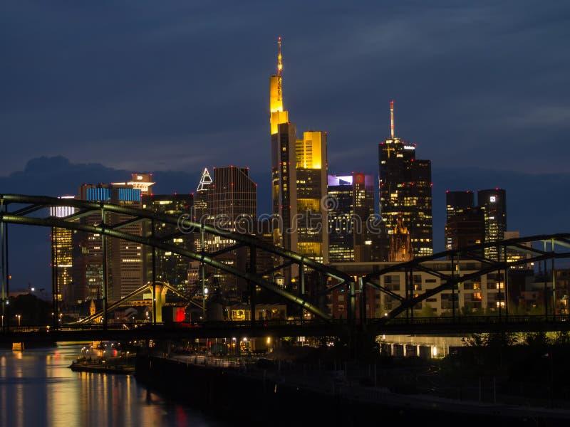 Orizzonte delle costruzioni di affari al tramonto a Francoforte, Germania fotografia stock