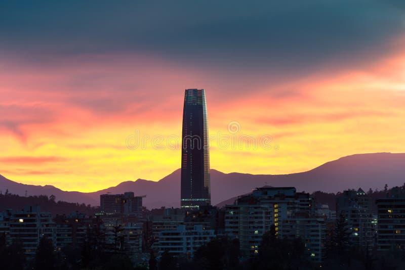 Orizzonte delle costruzioni di appartamento nel distretto ricco di Las Condes a Santiago fotografia stock