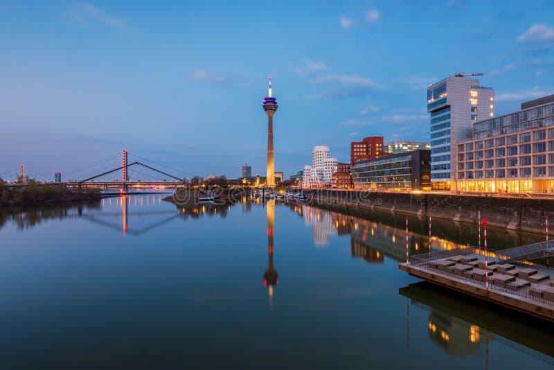 Orizzonte dello sseldorf Germania del ¼ di DÃ al tramonto fotografia stock
