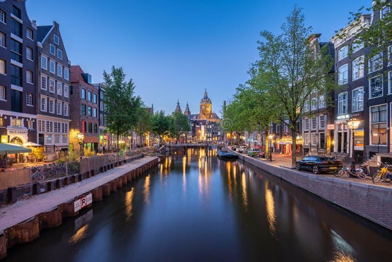 Orizzonte di Amsterdam con la chiesa del punto di riferimento di San Nicola nella città di Amsterdam, Paesi Bassi immagine stock libera da diritti